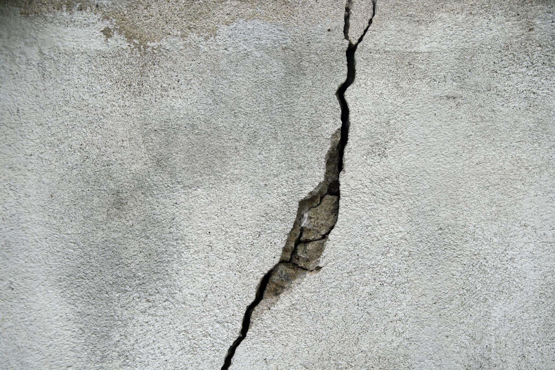 crack-695010_1920.jpg